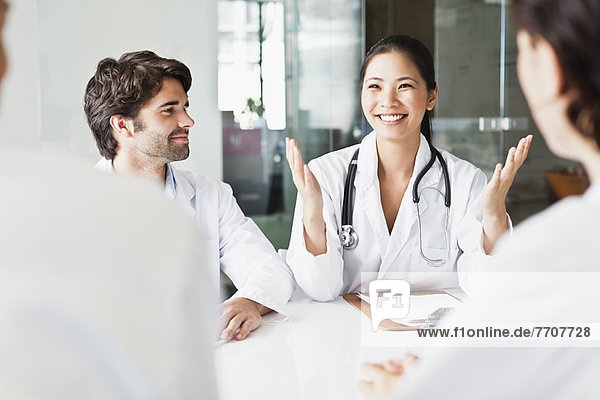 Arzt im Gespräch mit Kollegen im Meeting