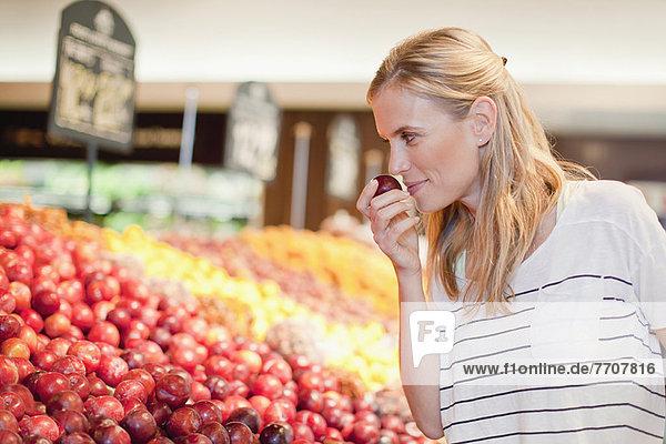 Frau beim Einkaufen im Lebensmittelgeschäft
