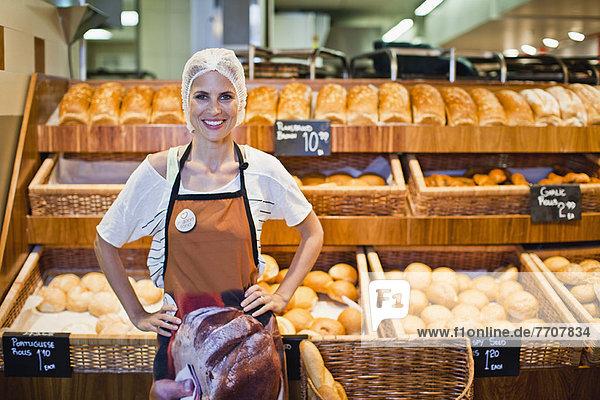 Bäcker lächelt im Geschäft