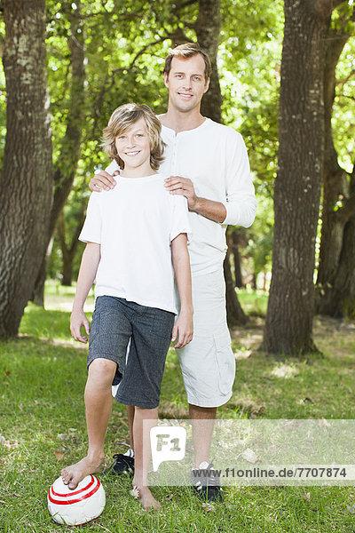 Vater und Sohn lächeln im Park