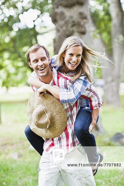 Mann mit Freundin im Park