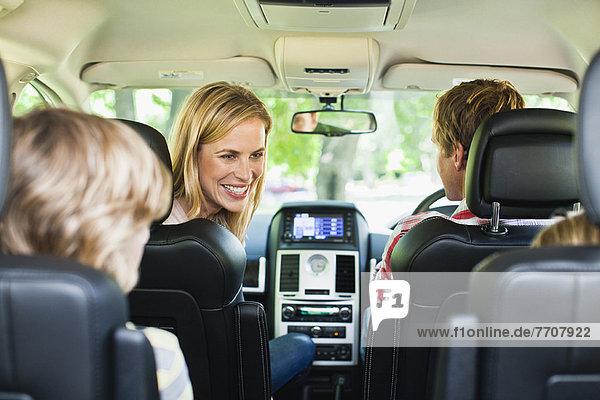 Gemeinsam mit der Familie im Auto fahren