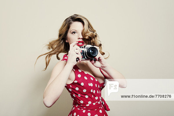 Frau fotografiert mit Vintage-Kamera
