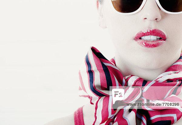 Frau mit Schal und Sonnenbrille  Mund