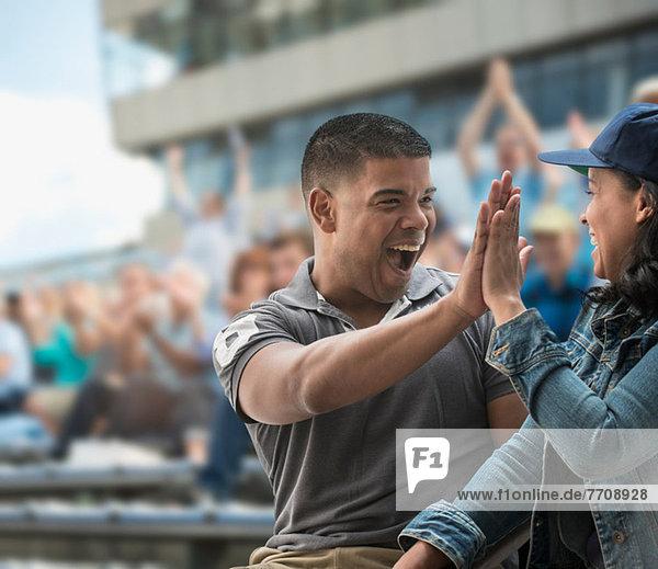 Paar High-Five beim Sportspiel