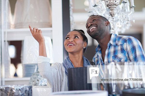 Paar-Shopping für Lampen im Geschäft