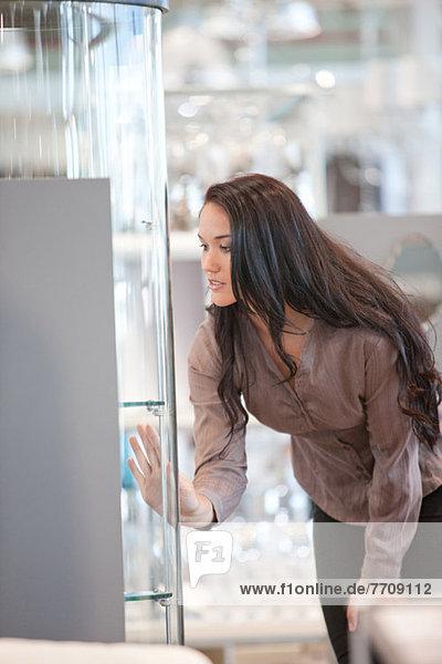 Frau beim Einkaufen im Geschäft