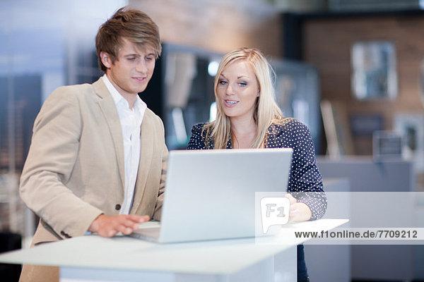 Geschäftsleute  die am Laptop arbeiten