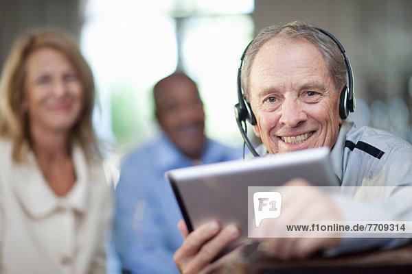 Älterer Mann mit Headset