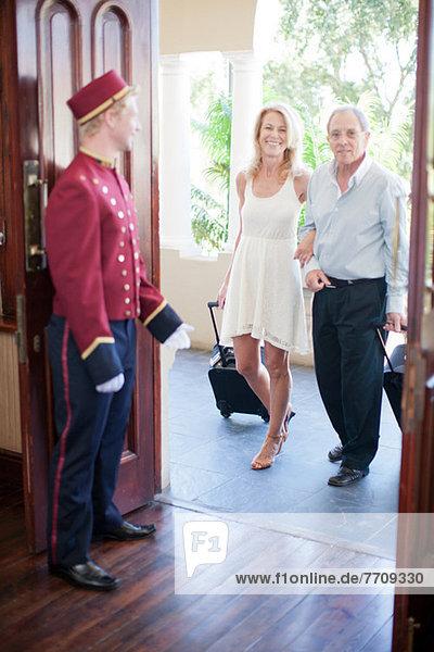 Älteres Ehepaar geht ins Hotel