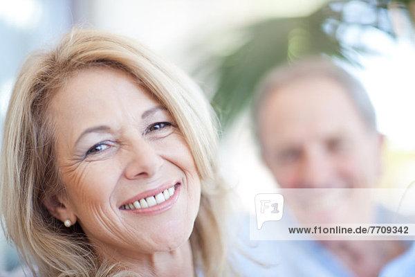 Nahaufnahme des lächelnden Gesichts der älteren Frau