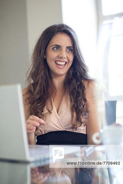 Geschäftsfrau im Gespräch am Schreibtisch