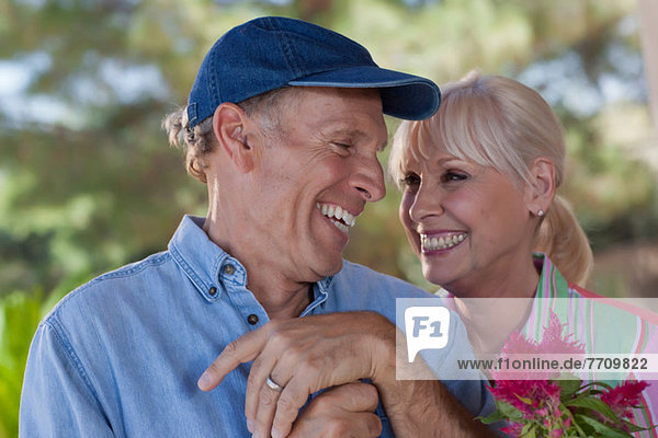 Älteres Ehepaar beim gemeinsamen Gärtnern