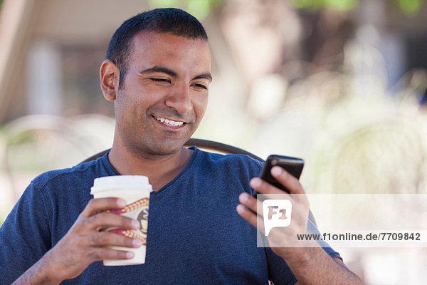 Mann bei einer Tasse Kaffee im Freien