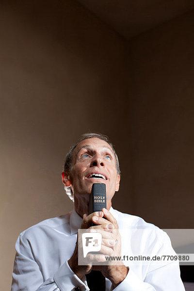 Älterer Mann mit Bibel