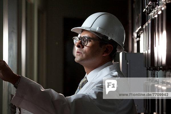 Industriearbeiter am Schaltschrank
