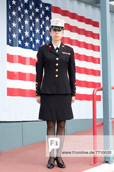 Servicefrau im Kleid blues von US Flagge