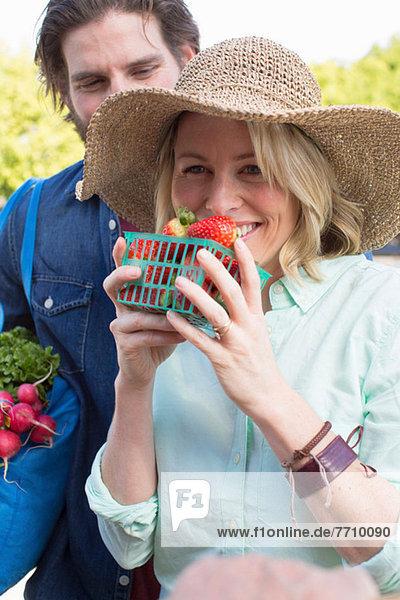 Paarkauf auf dem Bauernmarkt