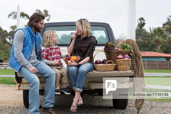 Familie mit Produkten in der Ladefläche
