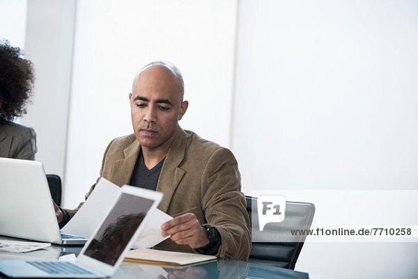 Geschäftsmann mit Laptop im Meeting