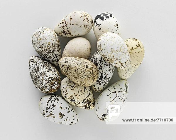 Stapel alter gesprenkelter Eier