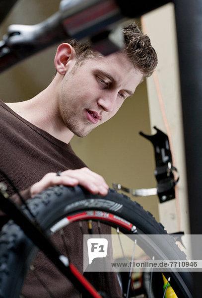 Mechaniker in der Fahrradwerkstatt