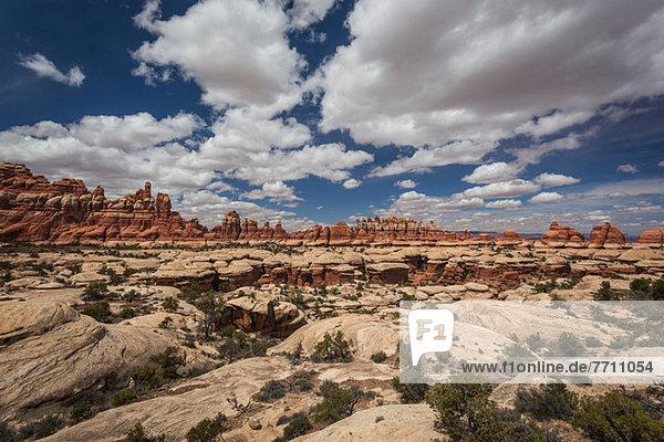 Felsformationen in trockener Wüstenlandschaft