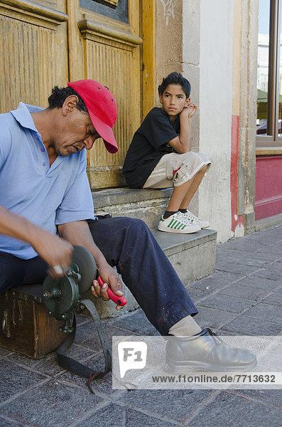 sitzend, Mann, Junge - Person, Messer, Mexiko, jung, Seitenansicht, Guanajuato