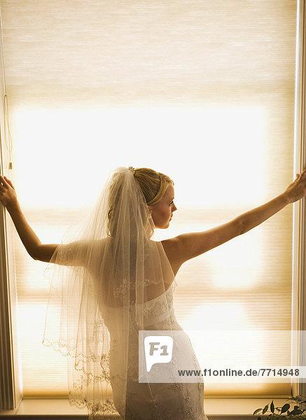 denken  Tag  Fenster  Braut  groß  großes  großer  große  großen  hinaussehen