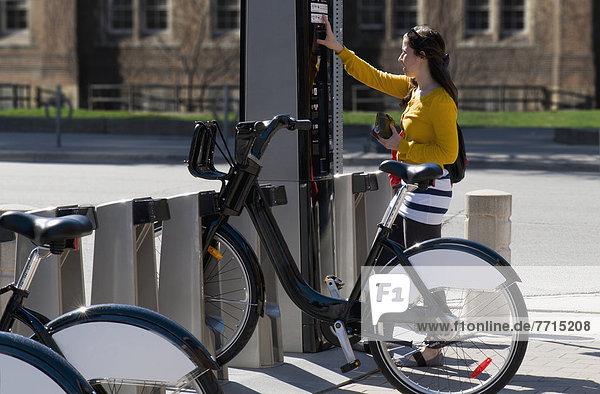 benutzen  Frau  bezahlen  zahlen  Fahrrad  Rad  Karte  mieten
