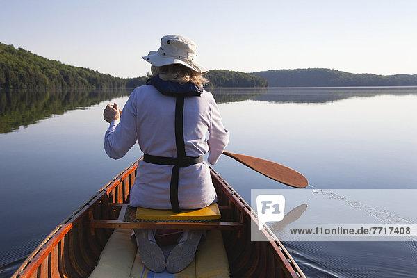 Senior  Senioren  Frau  Morgen  Kanu  paddeln  Sonnenlicht  Algonquin Provincial Park