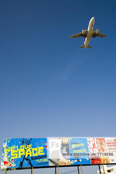 Flugzeug  fliegen  fliegt  fliegend  Flug  Flüge  über  Reklameschild Flugzeug ,fliegen, fliegt, fliegend, Flug, Flüge ,über ,Reklameschild
