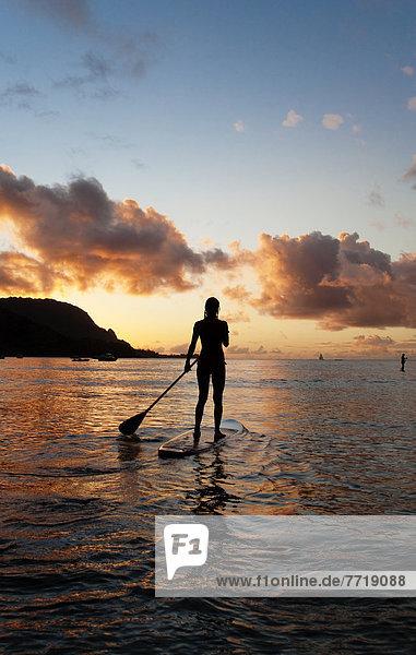 hoch  oben  Frau  Ozean  paddeln  Hawaii  Kauai