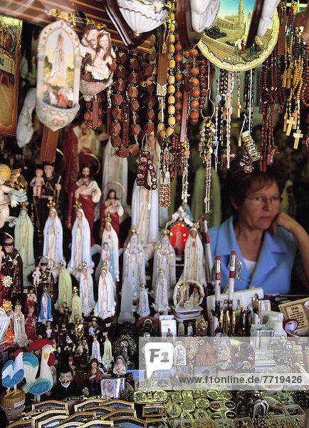 Blumenmarkt  sitzend  Frau