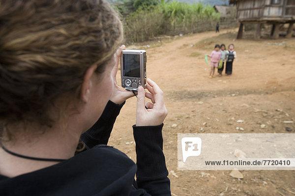 Frau  Dorf  fotografieren