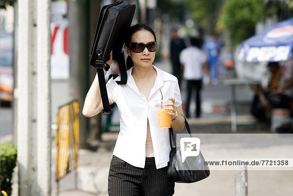 Bangkok  Hauptstadt  Frau  Kleidung  gehen  Straße  Business  thailändisch  Thailand