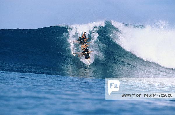 Mann  Kanu  Ansicht  groß  großes  großer  große  großen  frontal  Hawaii  Oahu  Wellenreiten  surfen  Wasserwelle  Welle