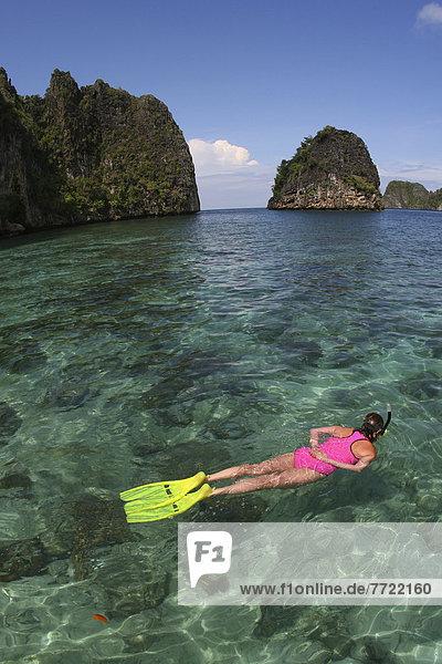 Frau  über  seicht  schnorcheln  Ansicht  Bandasee  Indonesien  Riff