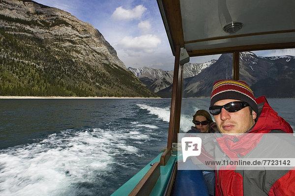 Mensch  Menschen  Tagesausflug  See  Boot  Banff Nationalpark  Lake Minnewanka  Alberta  Kanada
