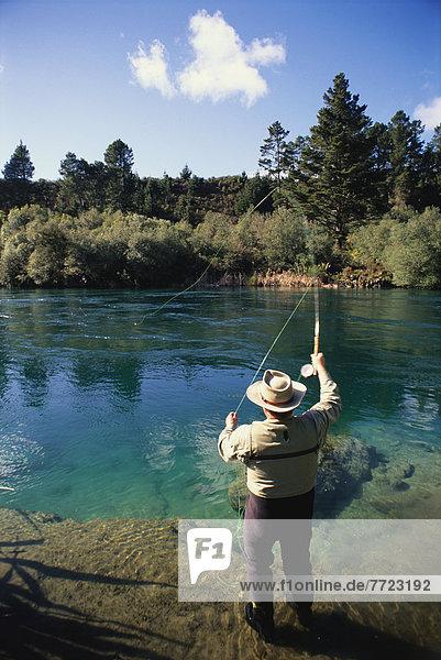 Mann Fluss angeln Neuseeland
