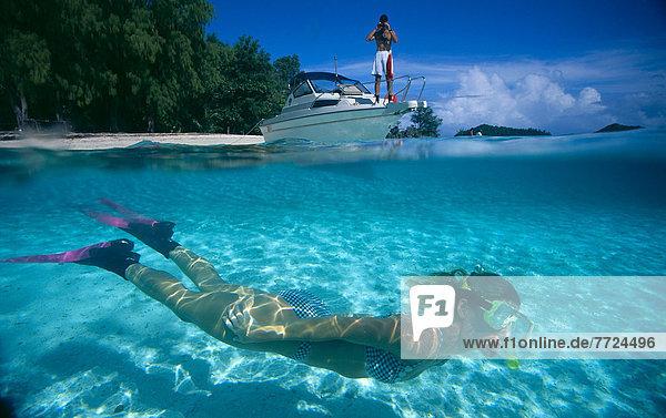 durchsichtig  transparent  transparente  transparentes  Wasser  Mann  über  unterhalb  Boot  Unterricht  schnorcheln  Palau  Schnorchler