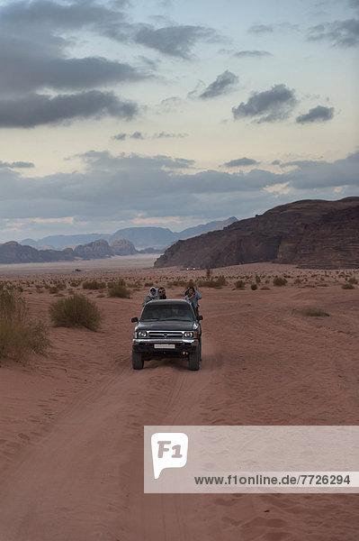 sitzend  Verkehr  Transport  Tourist  Wüste  camping  Geländewagen  Ökologie  Naher Osten  Kapitän  Wadi Rum