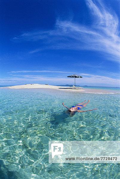 Frau  Stuhl  Strand  Ruhe  Verletzung der Privatsphäre  Regenschirm  Schirm  Ozean  fließen  Sand  Insel  türkis  Fiji  Sonnenschirm  Schirm  blond