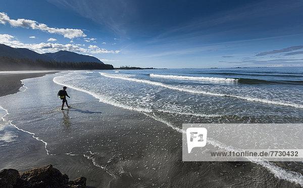 Mann Felsen gehen Strand Sand Insel vorwärts Zimmer zeigen Westküste