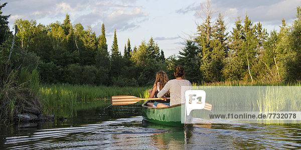 Laubwald  Jugendlicher  See  Kanu  paddeln  Mädchen  Kanada  Ontario
