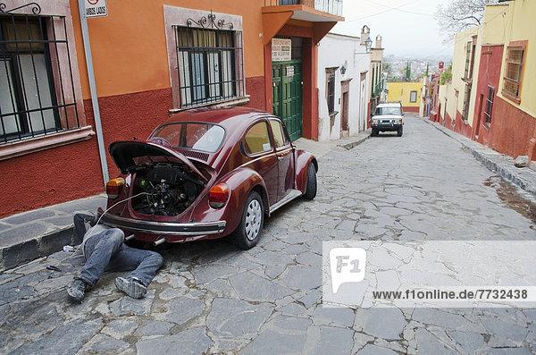 Kopfsteinpflaster  Mann  Straße  parken  Mexiko  VW  Käfer  Guanajuato  reparieren  San Miguel de Allende