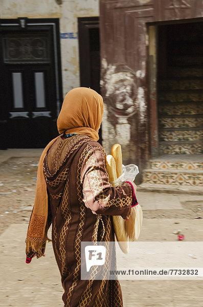 Frau  Frische  tragen  gehen  Brot  Straße  Casablanca  Marokko