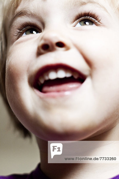Lächelndes blondes Kleinkind  Portrait