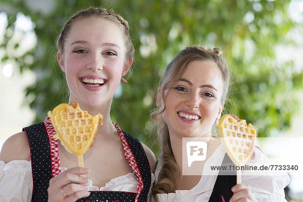 Junge Frau und Teenagerin mit Waffeln  Lichtenau  Baden-Württemberg  Deutschland  Europa