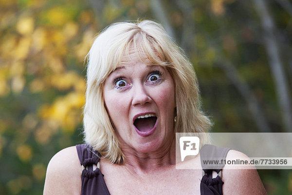 Farbaufnahme  Farbe  Frau  Überraschung  reifer Erwachsene  reife Erwachsene  Herbst  Alberta  Kanada  Edmonton